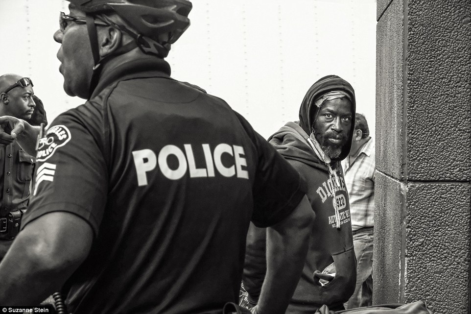 Полиция задержала этого мужчину, потому что он устроил потасовку в рейсовом автобусе.