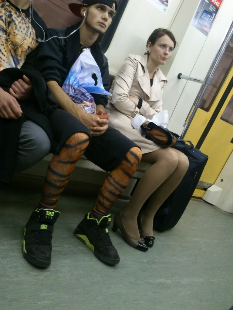 17. Отличным модным ответом на леопардовые женские лосины будут мужские тигровые. Теперь subway-джун