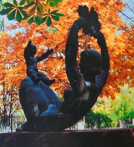 """""""Материнство"""" скульптор А.Смелый. Находился на территории перинатального центра, снесён. Валялся на задворках. Судьба не известна"""