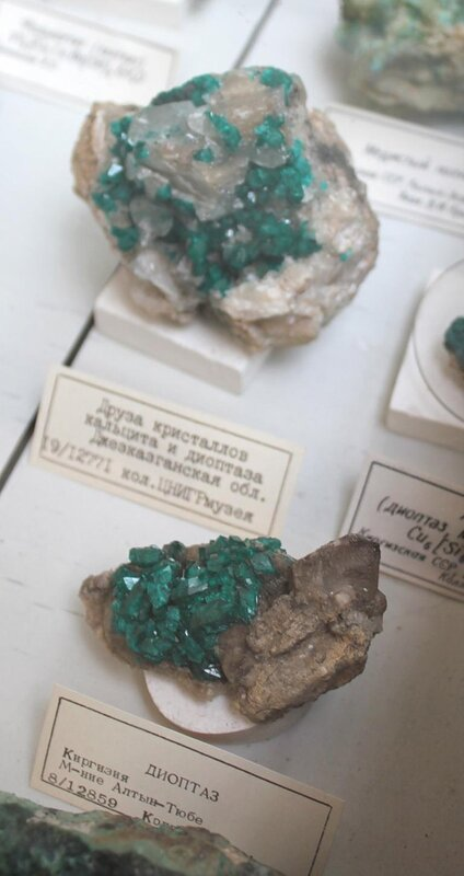 Друза кристаллов кальцита и диоптаза; диоптаз