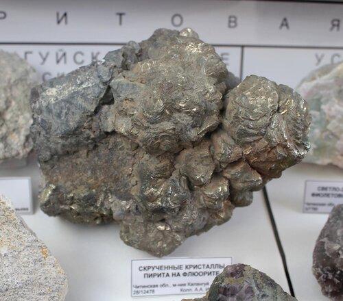 Скрученные кристаллы пирита на флюорите