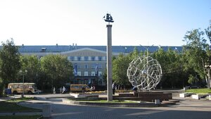 Петрозаводский университет на фоне Атомиума и эмблеммы Одесской киностудии
