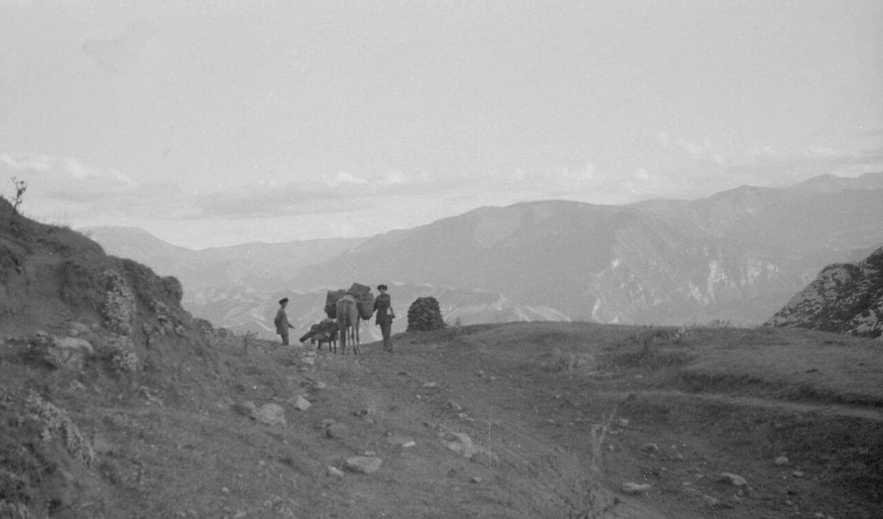 Путешественники делают привал на горном перевале