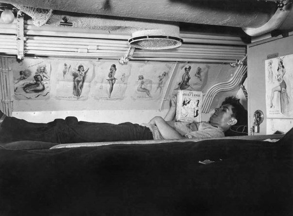 фото Чарльз Якобс (ВМБ США). Матрос на борту авианосца на базе подлодок в Нью- Лондоне. Коннектикут, 1943.jpg