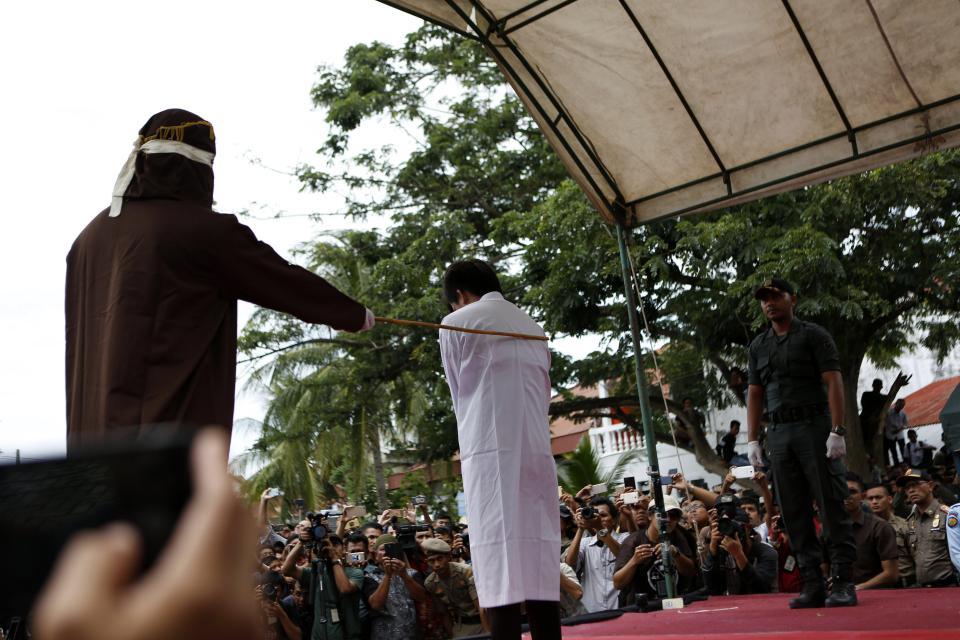 Пару геев публично избили палками в Индонезии
