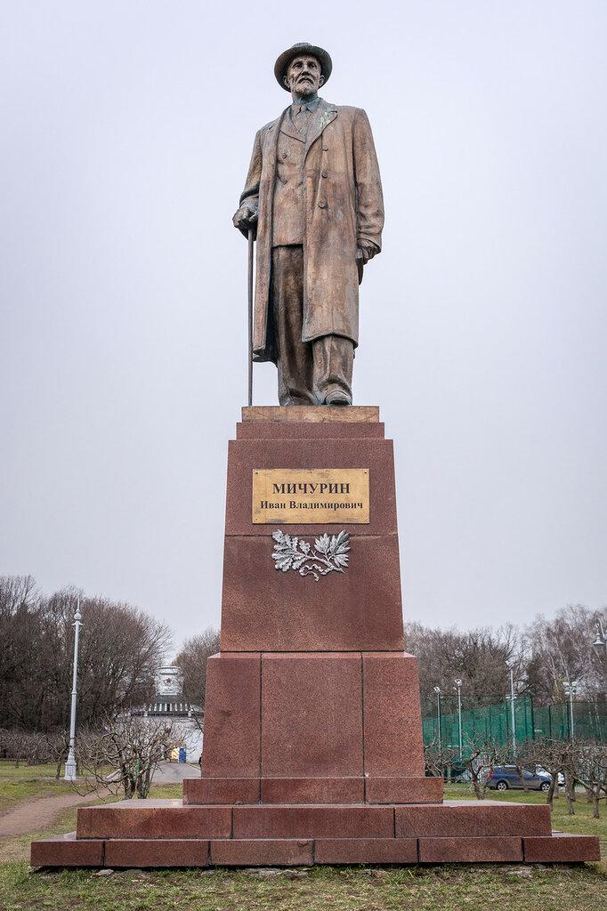ВДНХ. Памятник Мичурину