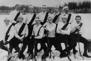 Группа хоккеистов русской команды Нарва, победившей английскую команду Нева в розыгрыше кубка Лиги хоккеистов, на катке кружка любителей спорта на Крестовском острове.  28 февраля 1910