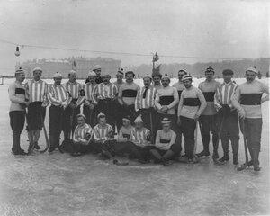 Члены хоккейных команд Общества любителей бега на коньках и Общества Унион, состязавшихся на Марсовом поле. 1913-1914