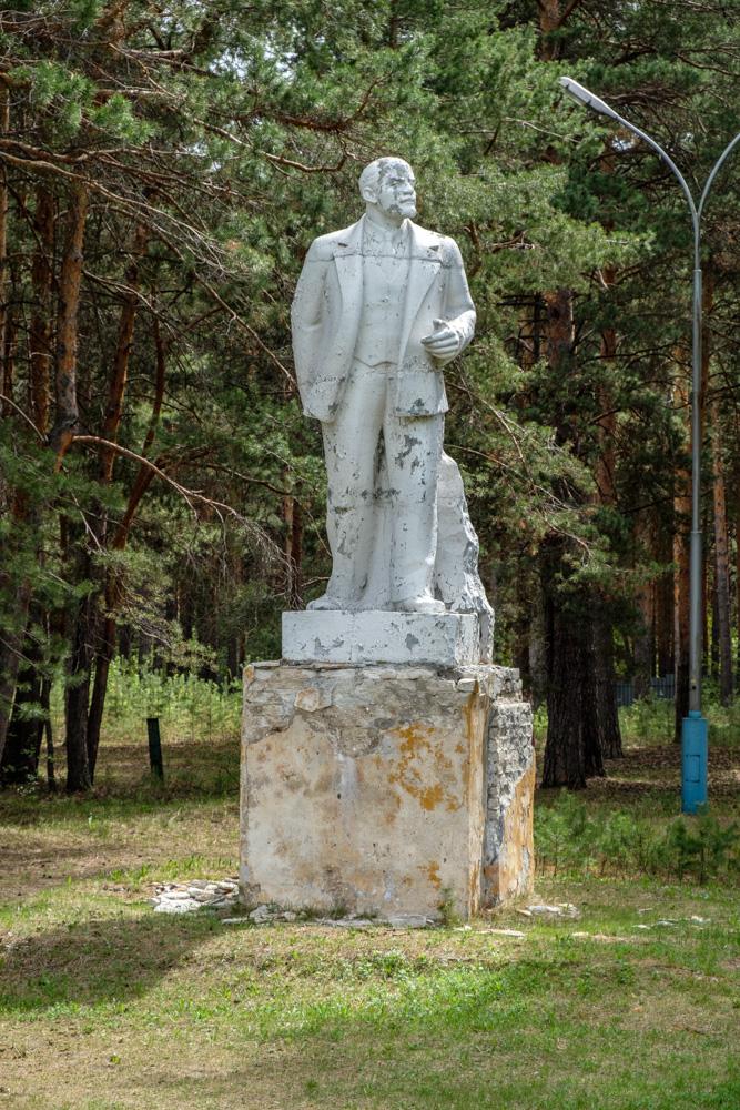 памятник Ленину в старом пионерском лагере