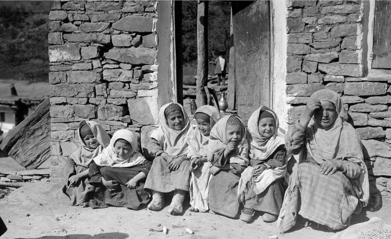 Группа дагестанских девочек
