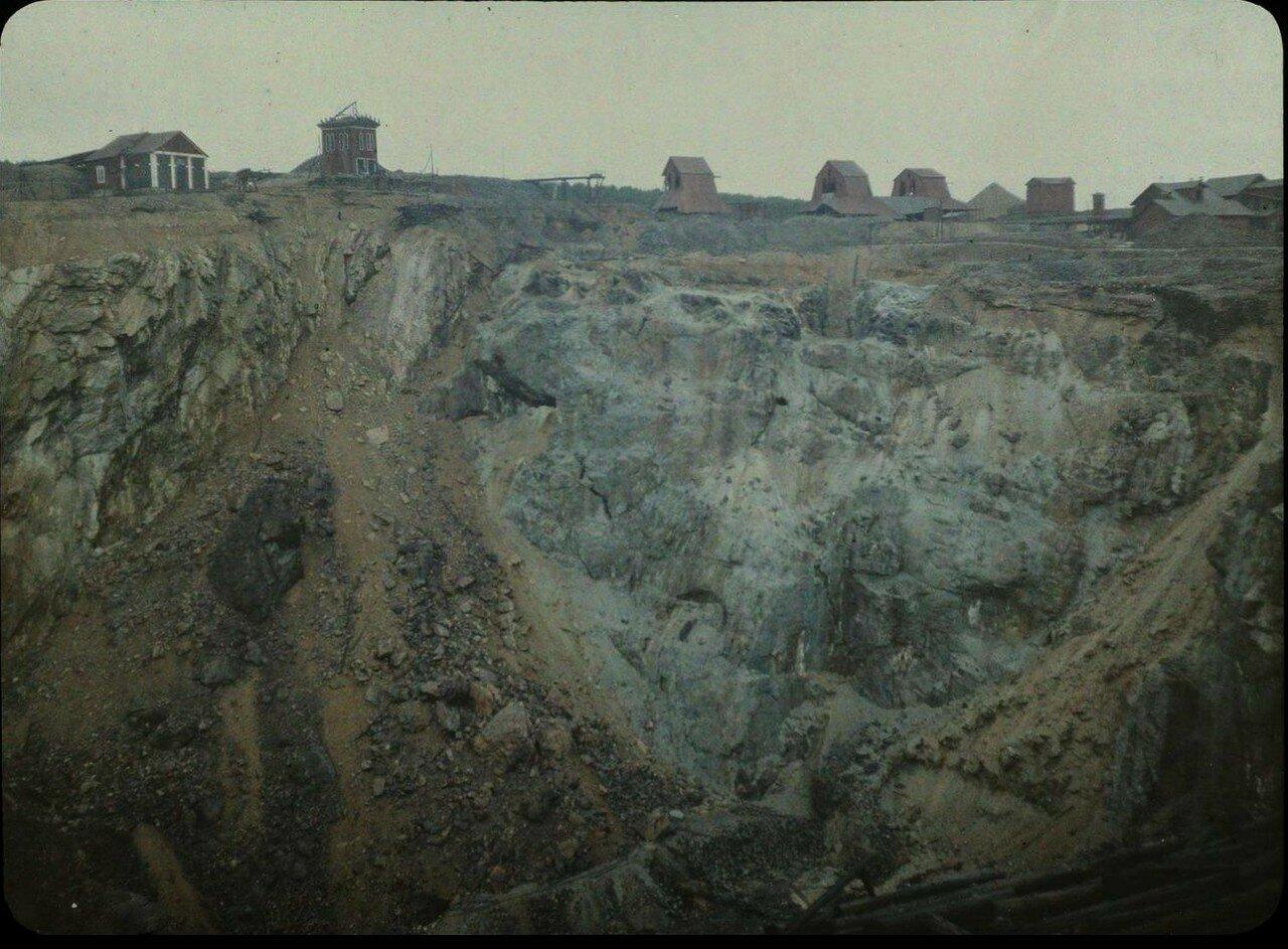 1913. Вид карьера с деревянными зданиями на краю