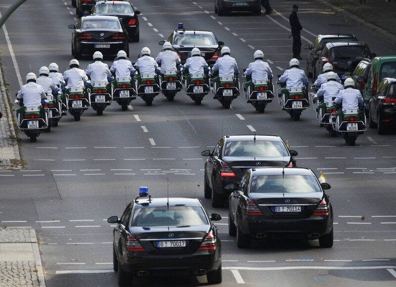 Оффтоп из Европы A motorcade carries Pope Benedict XVI and members of his delegation from Tegel airport to Bellevue Palace in Berlin