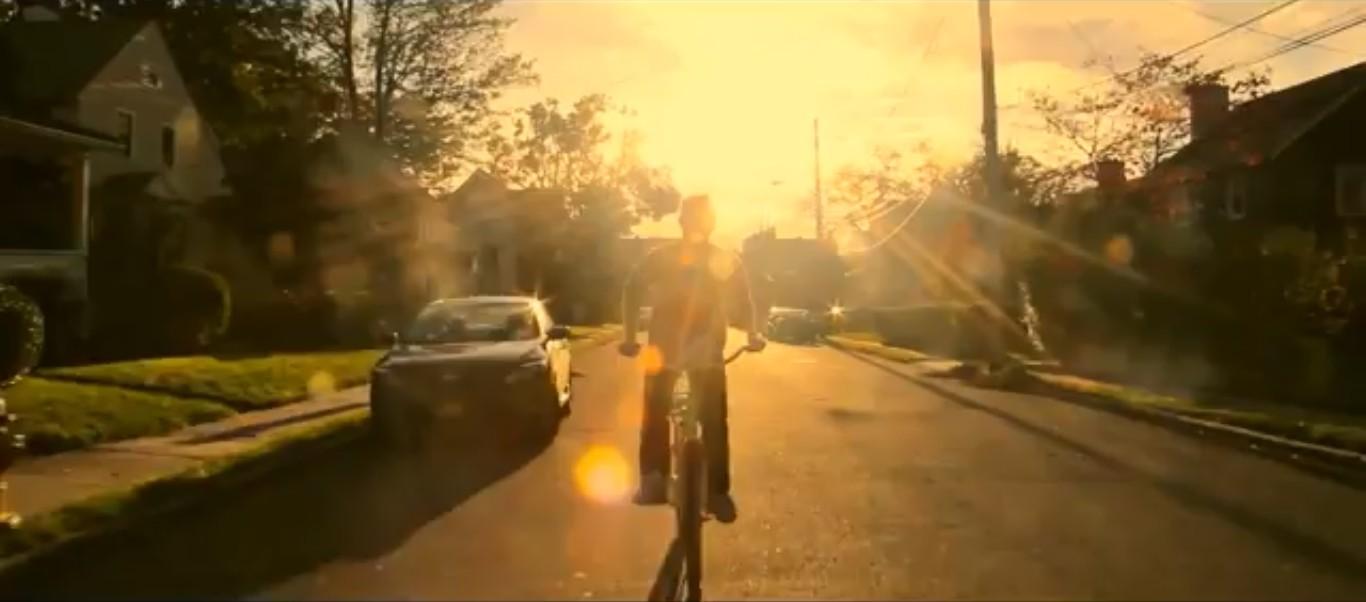 скриншот из короткометражного фильма мышка трахушка парень едет на велосипеде