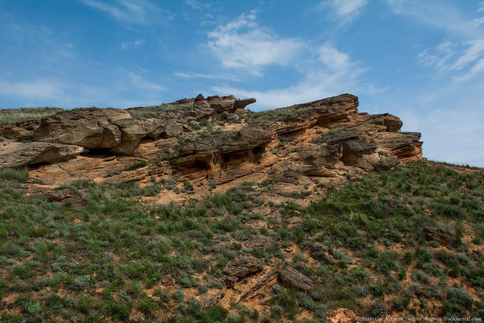 5. Подойдя вплотную к скале, вид — непередаваемый. Тишина, ветер и какие-то космические пейзажи