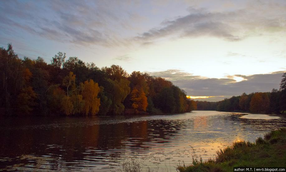 Осенний закат над парком.