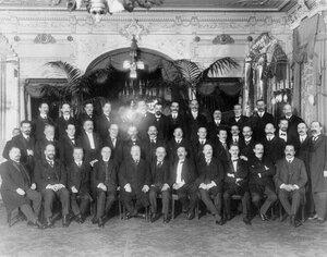 Группа сотрудников и членов правления страхового товарищества «Саламандра».
