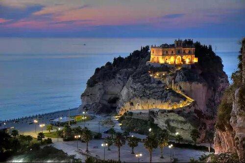 Тропеа – один из самых красивых городов Калабрии, жемчужина Тирренского побережья.