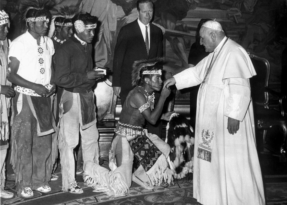Американские Apache Indian целуют руку Папы Иоанна XXIII (Анджело Джузеппе Ронкалли) .в Ватикане 16 мая 1961 года