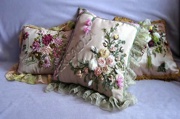 Подушки, расшитые вручную