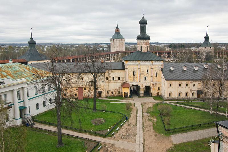 Вид со смотровой площадки Кирилло-Белозерского монастыря на церкрвь Иоана Лествичника
