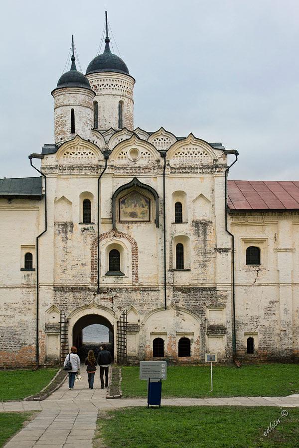 Надвратная церковь Преображения Кирилло-Белозерского монастыря