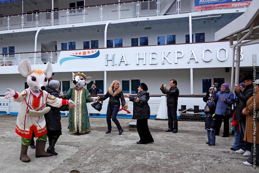 встреча туристов на причале города Мышкин