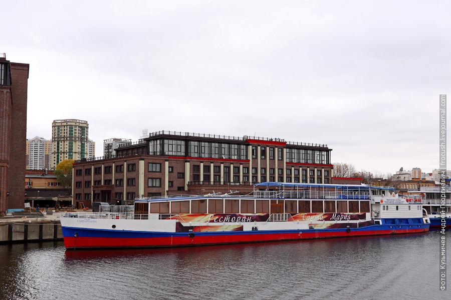 «Санта-Мария». Бывший «СТ-20» 1987 года постройки. Проект 912. Переоборудован в плавкафе в 2006 году