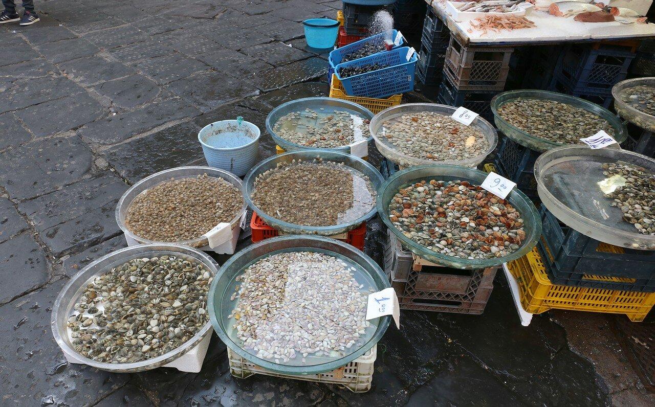Naples. The market of Porto Nolana ( Mercato di Porta Nolana)