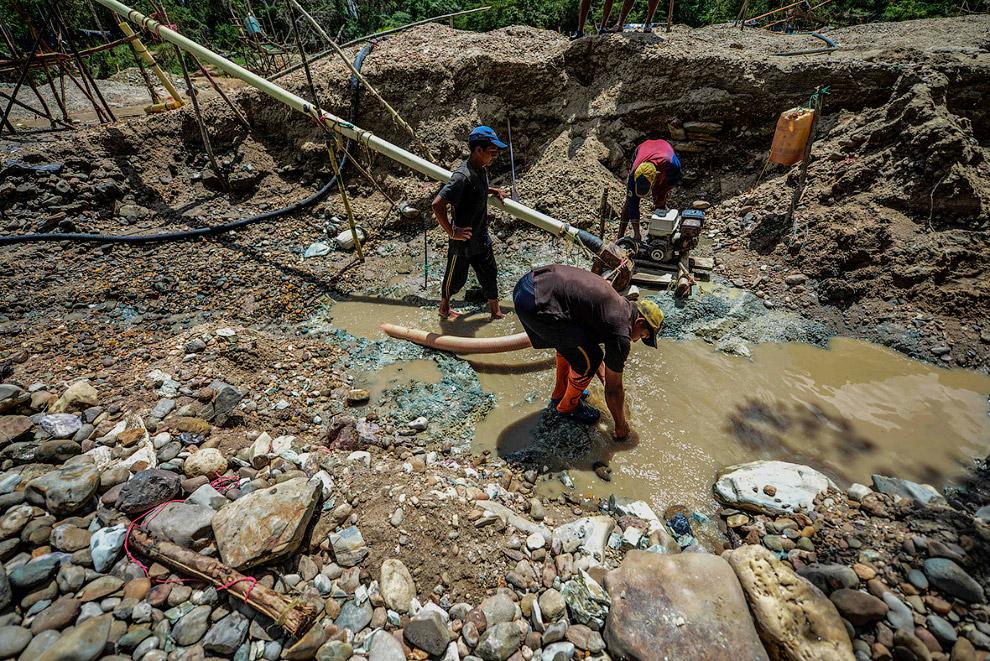 8. Это работа на открытом прииске на реке в Эль-Кальяо. (Фото Juan Barreto):