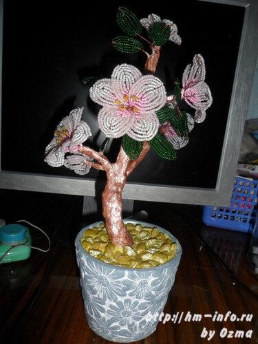 Плетется цветущий персик из бисера