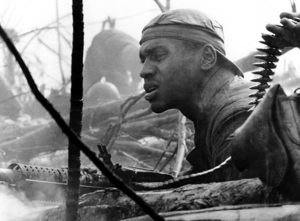 Лицо американского морпеха, который ведет огонь из пулемет М60 во время одного из боев к югу от демилитаризованной зоны