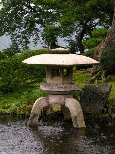 Каменный фонарь Yukimi-dоrо (雪見燈籠).
