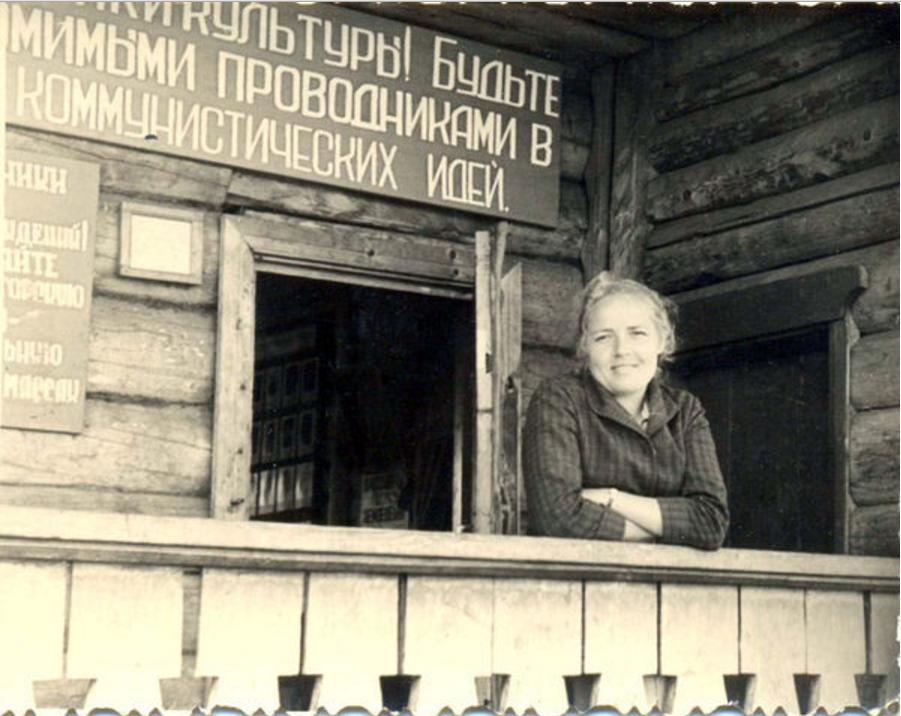На крыльце сельской библиотеки