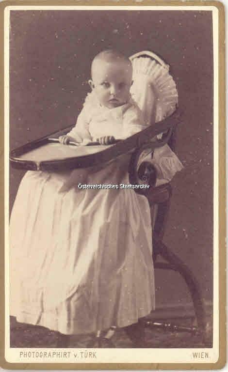 XP Title: Kleinkindfoto Elisabeth Marie Petznek, geb. Erzherzogin von Österreich, geschiedene Fürstin zu Windisch-Graetz. (env. 1884)