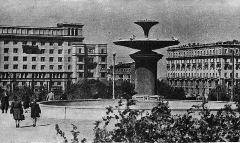 Площадь Революции. Фонтан в сквере.