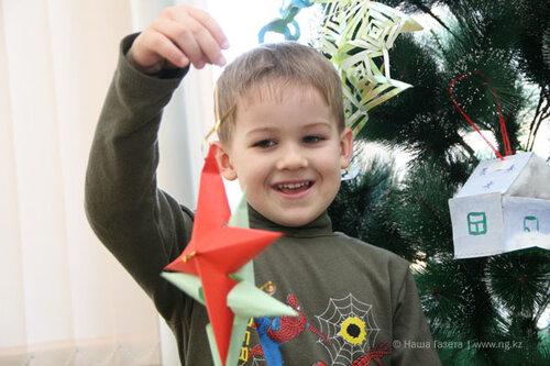 Максим Топоров принес игрушку-звезду, которая символизирует оценку «отлично»