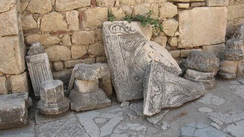 Элементы украшений церкви. Находятся во внутреннем дворе.