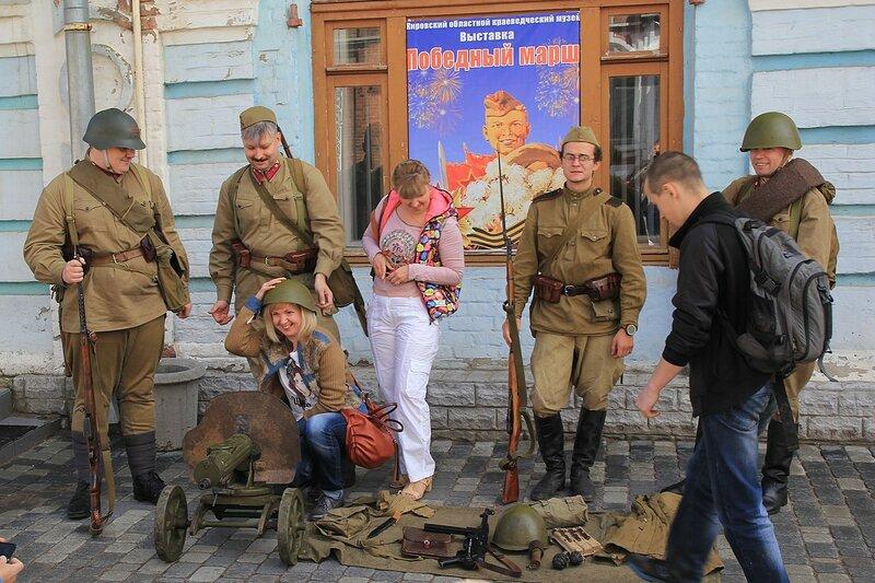 Фото с пулемётом и солдатами в форме Великой Отечественной - «Вятский Арбат» в день города-2015 на пешеходной улице Спасской
