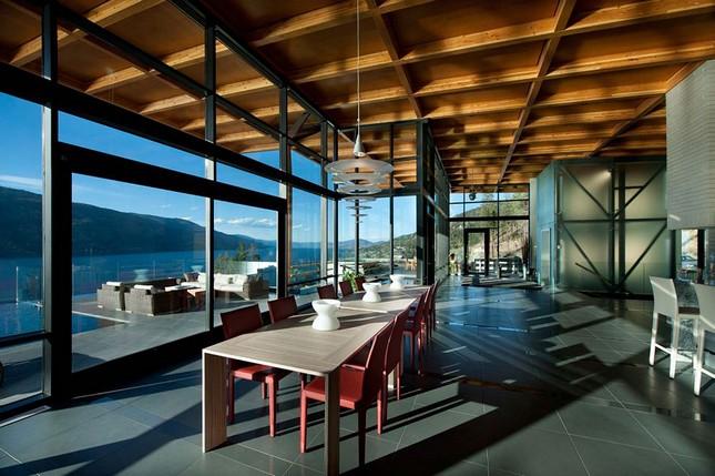 Дом с видом на озеро Оканаган в Канаде