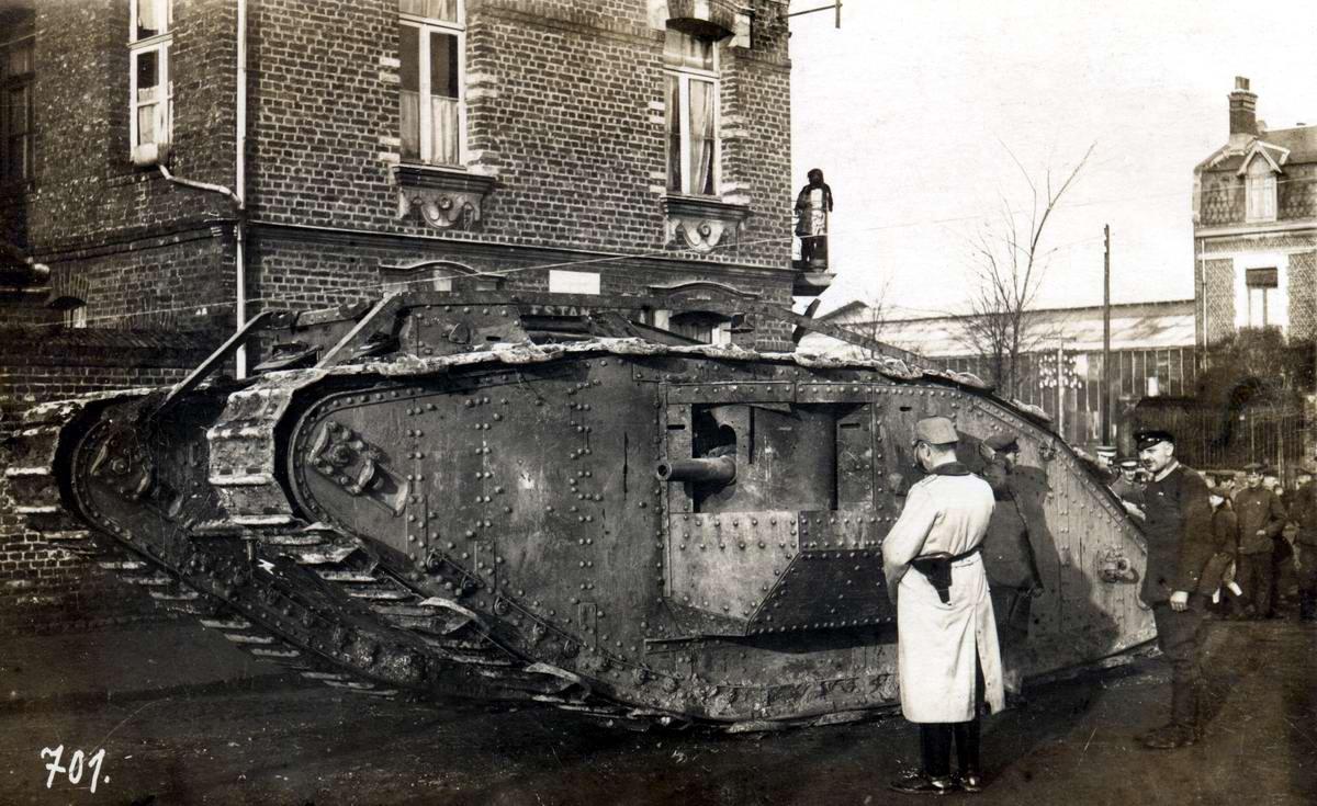 Немецкий офицер осматривает трофейный британский танк MKIV