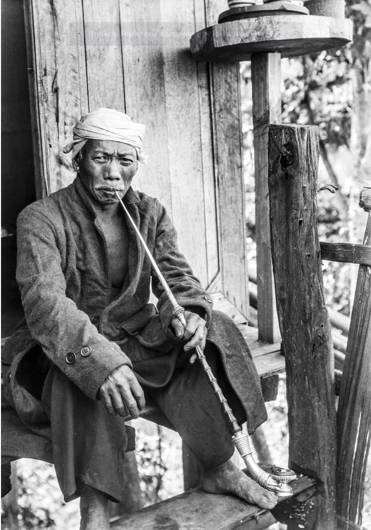 984. Мужчина с трубкой