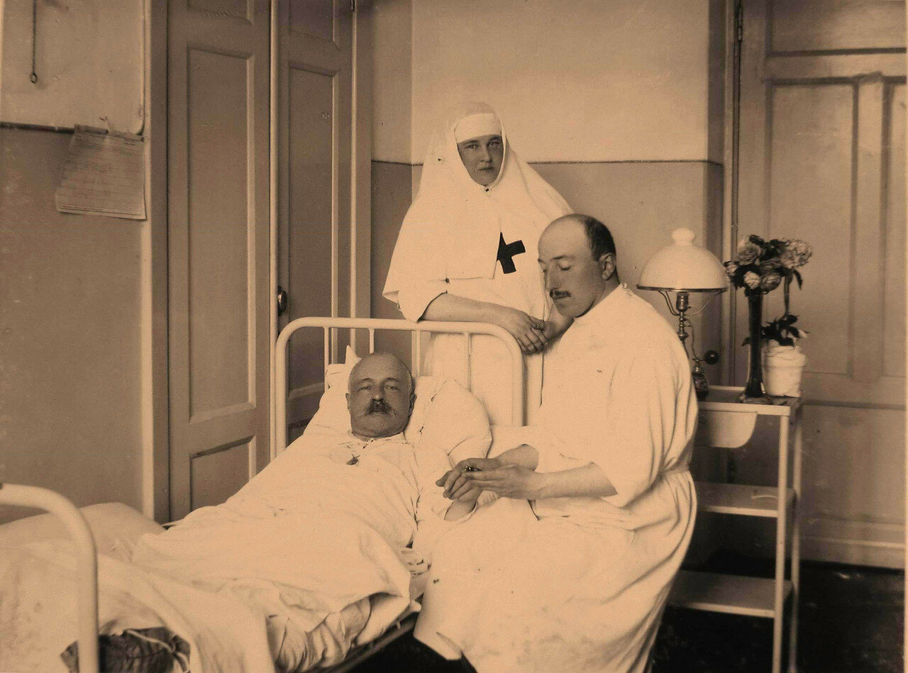 37. Врач и сестра милосердия у постели раненого офицера в 10-й палате