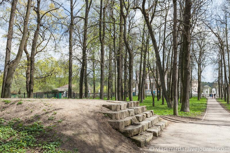 Опора декоративного мостика над главной аллеей в парке