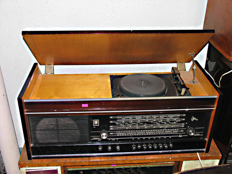 Радиола УРАЛ-111 + пластинки.  Радиола первого класса, предназначенный для приема местных и дальних радиовещательных...