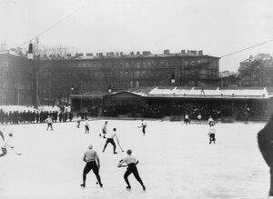 Команды хоккеистов у ворот Юсупова сада. 6 января 1913