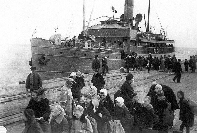 Ленинградцы во время посадки на пароход