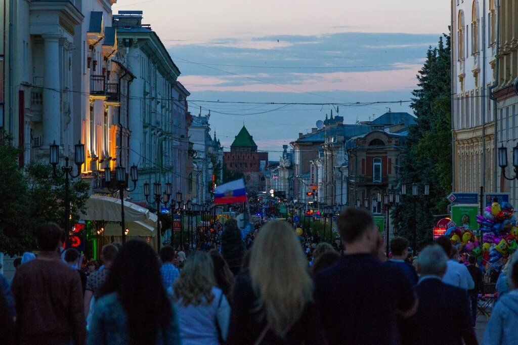 Большая Покровская улица в праздничный день, Нижний Новгород