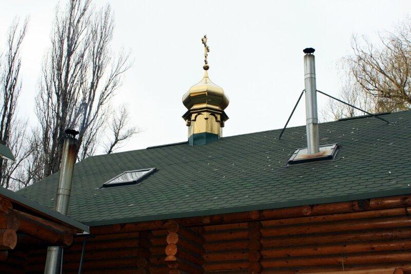 Печные трубы на крыше храма князя Владимира