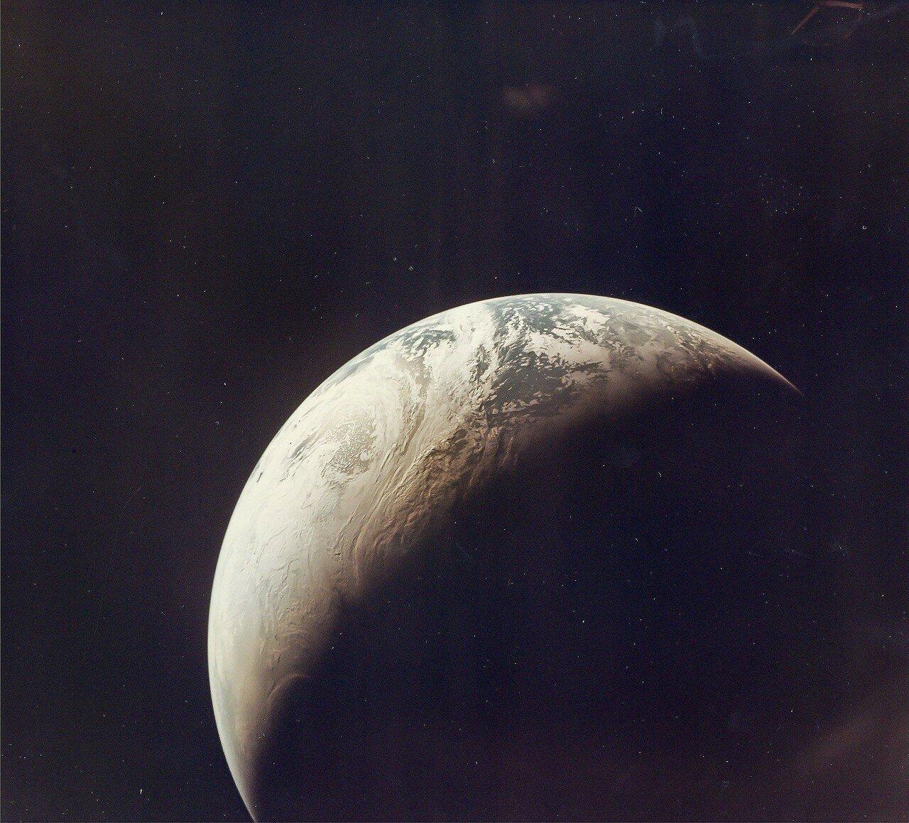 1967, 9 ноября. Первая цветная фотография полумесяца Земли из окна беспилотного космического корабля «Аполлон-4»
