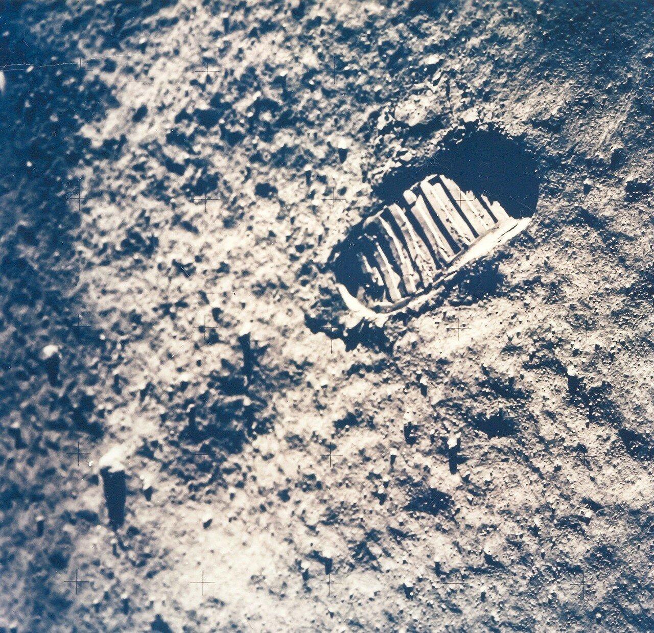 Он отошёл от лунного модуля туда, где на лунной поверхности ещё не было следов, сделал один отпечаток, дважды его сфотографировал и рядом сделал второй. На снимке: Отпечаток ботинка астронавта на Луне